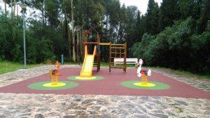 Parco giochi: giochi a molla, scivolo, arrampicata, pavimento antitrauma